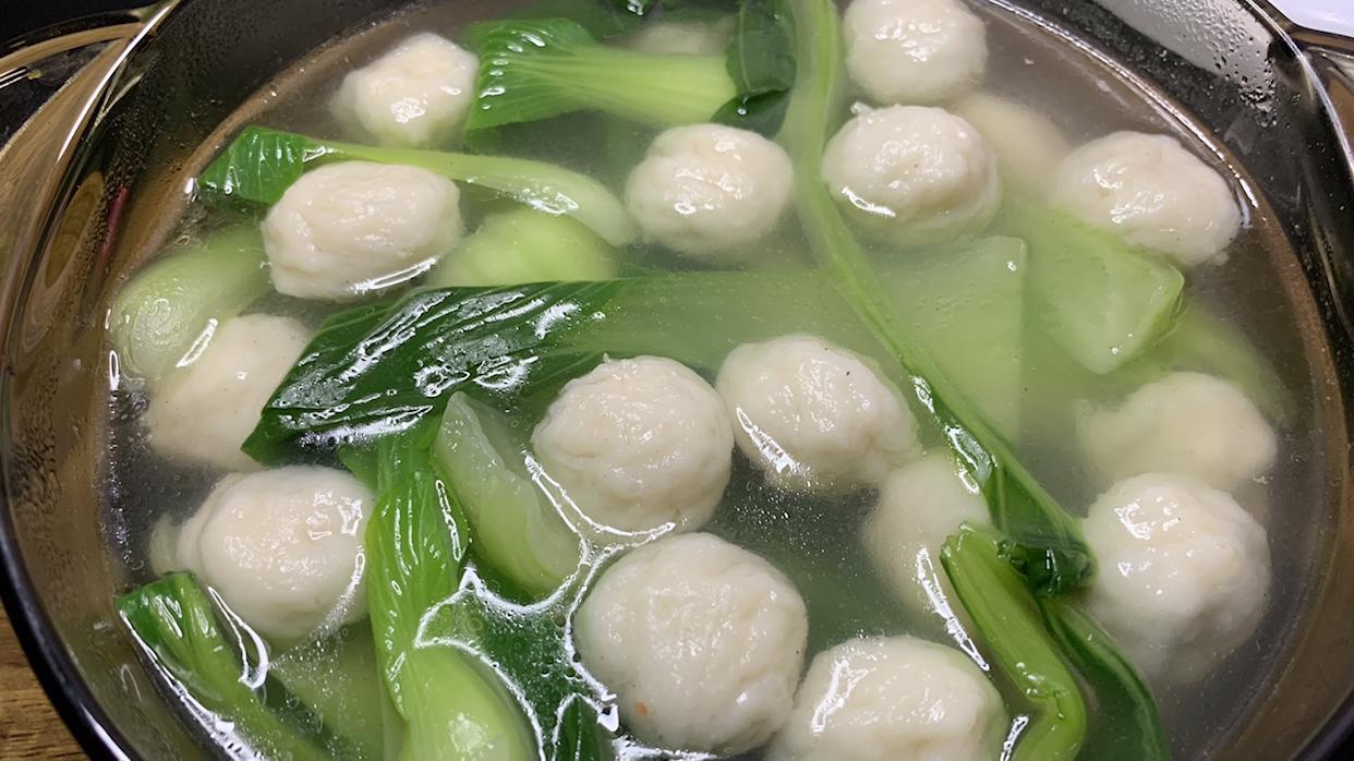 天冷了,做碗青菜鱼丸汤,营养美味,喝着暖身