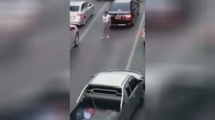 实拍:男子开车太嚣张,被群殴跪地求饶