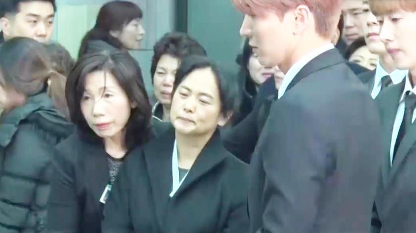 金钟铉 出殡现场,最伤心的人就是她?可怜天下父母心!