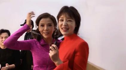 央视新闻主播胡蝶突访春晚主持人朱迅化妆间
