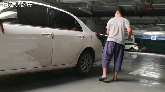 山东淄博,车半个月没洗,脏的不成样了,小彭哥赶紧提两桶水洗车
