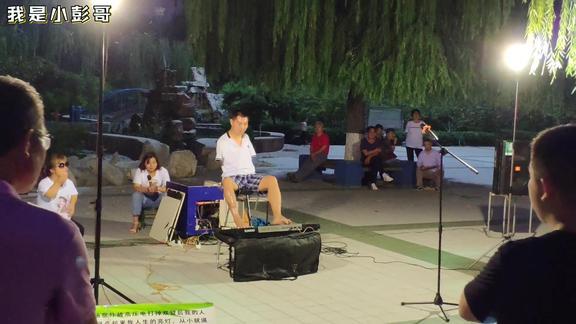 山东淄博,无臂小伙用脚弹琴,为了生活谁都不容易啊