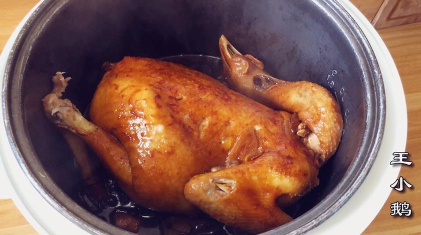 把一整鸡直接放电饭煲里,不放水不放油,没想到比买的烤鸡还好吃