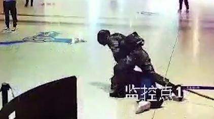 送人头系列!陕西一男子突然袭击武警官兵,结果被一招制服!