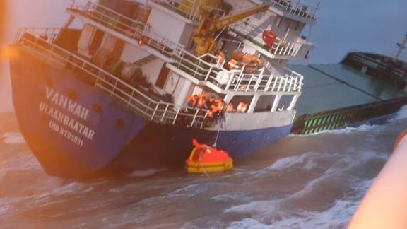 蒙古货船触礁倾斜,东海救助局紧急救援
