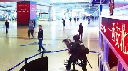 西安高铁站武警遭持棍袭击,7秒制服对手