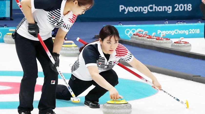 韩国冰壶女神爱上中国穷小伙,家人反对仍走到一起,像极了爱情
