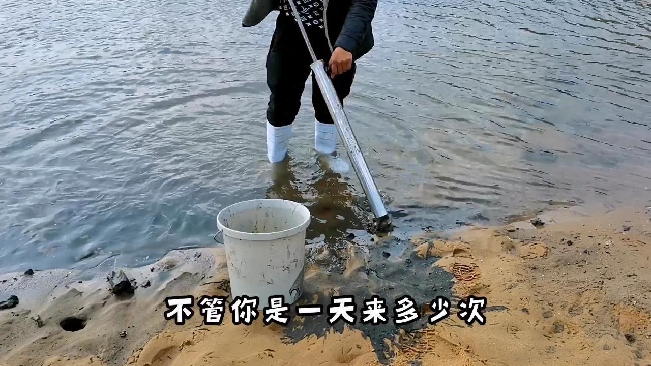 """赶海""""神器""""太给力了,2小时抽蝼蛄虾爆桶,这海鲜长的太丑了"""
