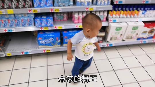 一岁多宝宝逛超市,一听到放音乐就扭屁股跳起舞,旁边路人都笑了