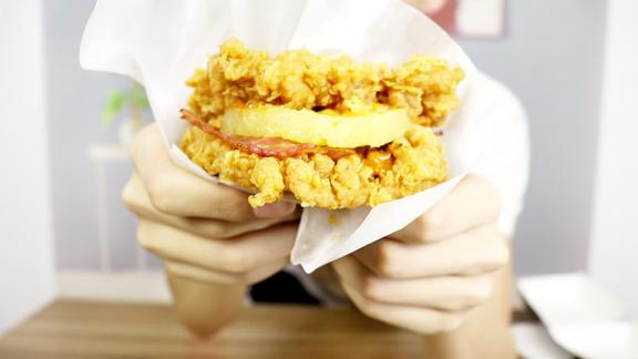 """肯德基狂魔上线!试吃肯德基新品""""鸡霸堡""""比素堡还好吃!"""