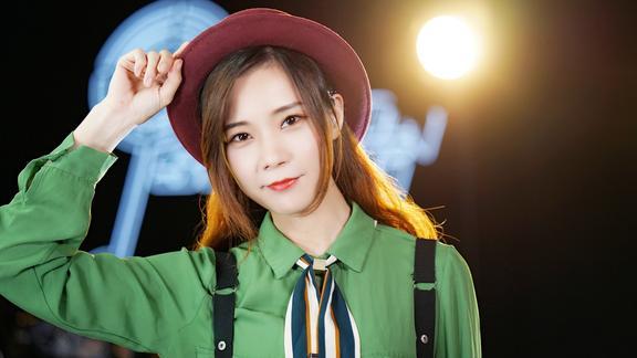 美女粤语演唱爆红歌曲《绿色》听起来太有感觉了