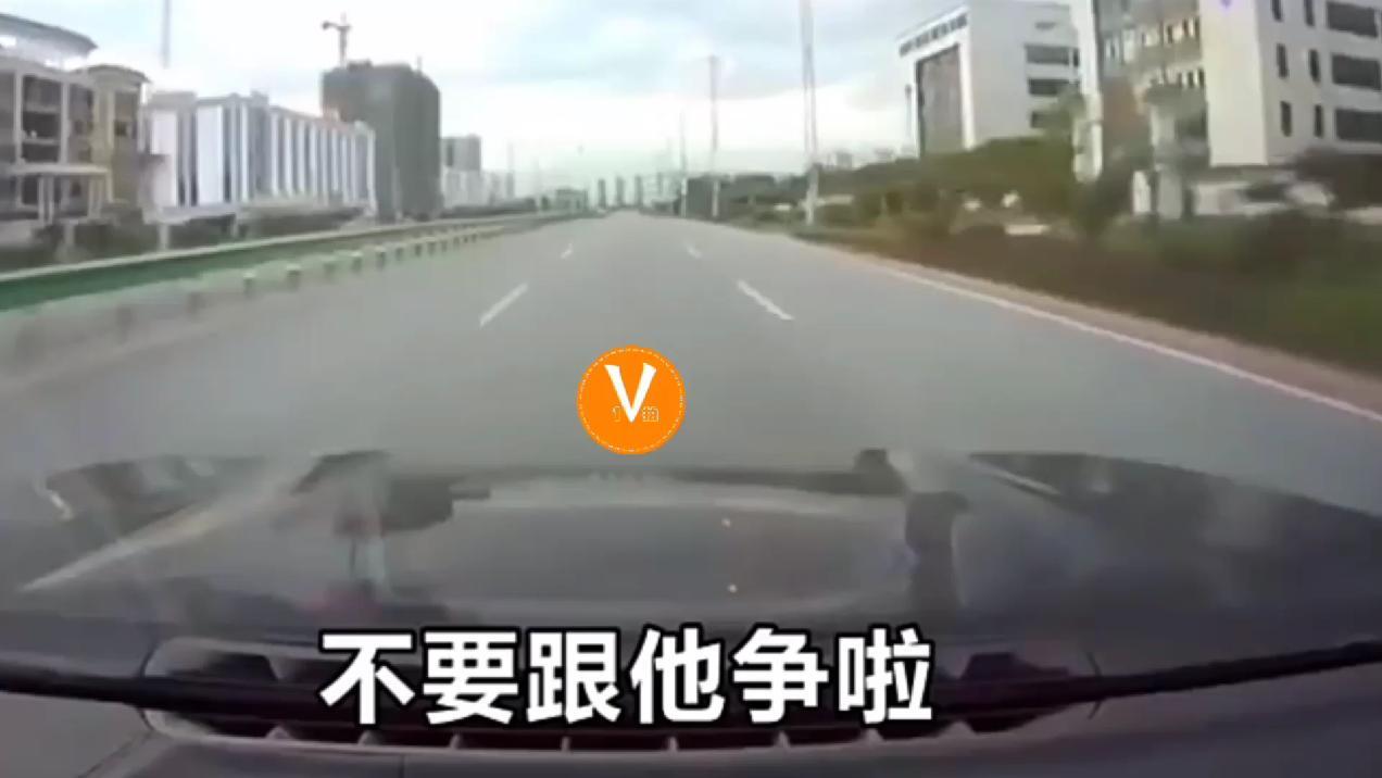 碰上这种没素质司机,有必要和它争吗?这追尾的责任,谁来担
