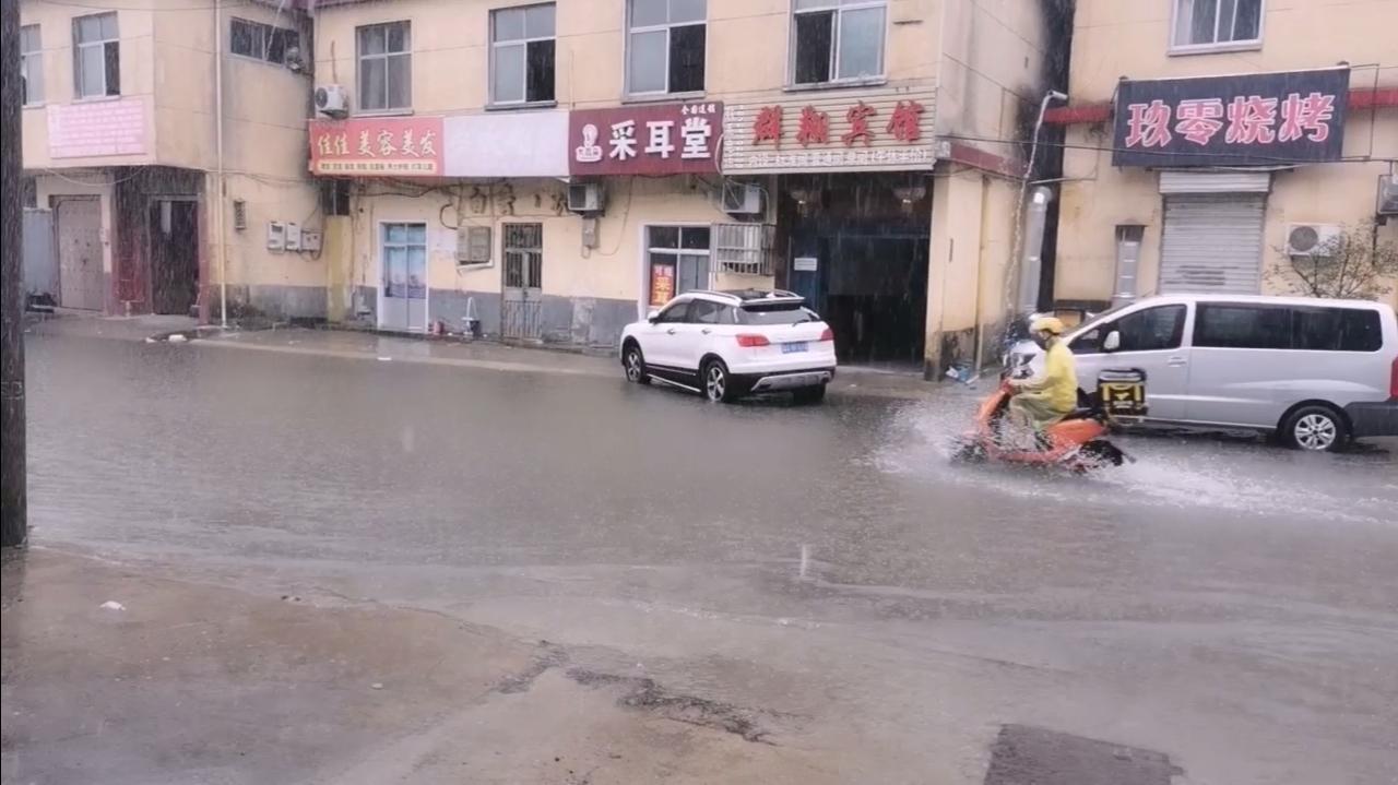 临沂大暴雨,外卖小哥真是拼了,这样下这么大的雨,也不耽误