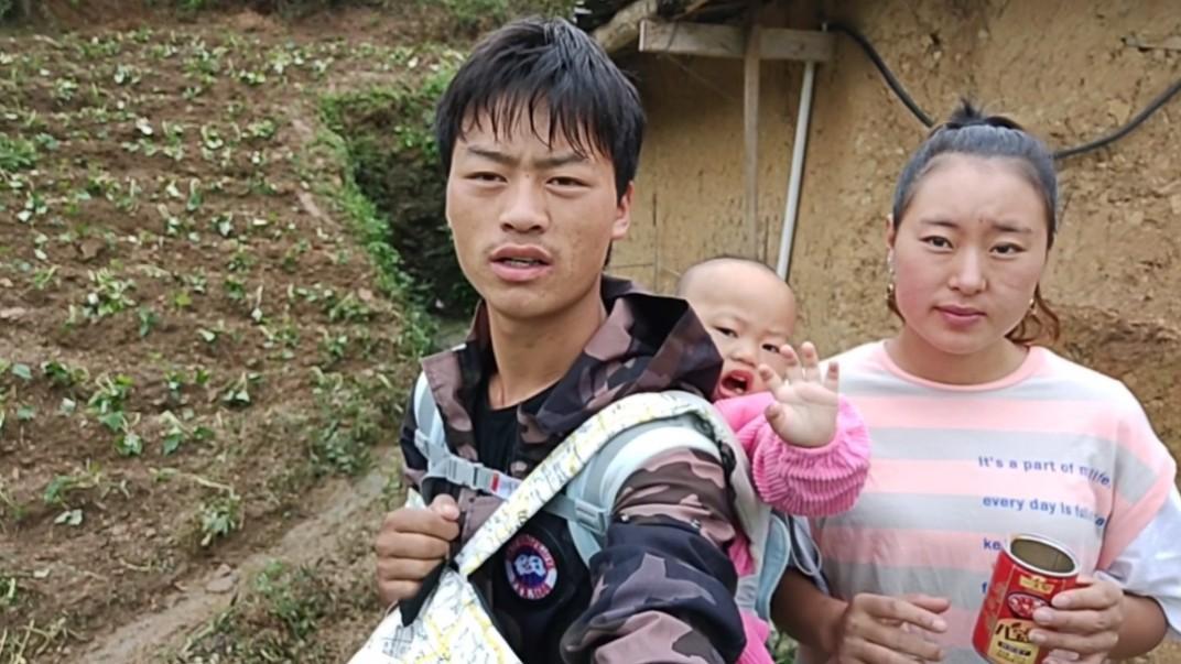 杨飞一家去看望娘家人,小花在天梯上哭着说,下次就不回这悬崖村