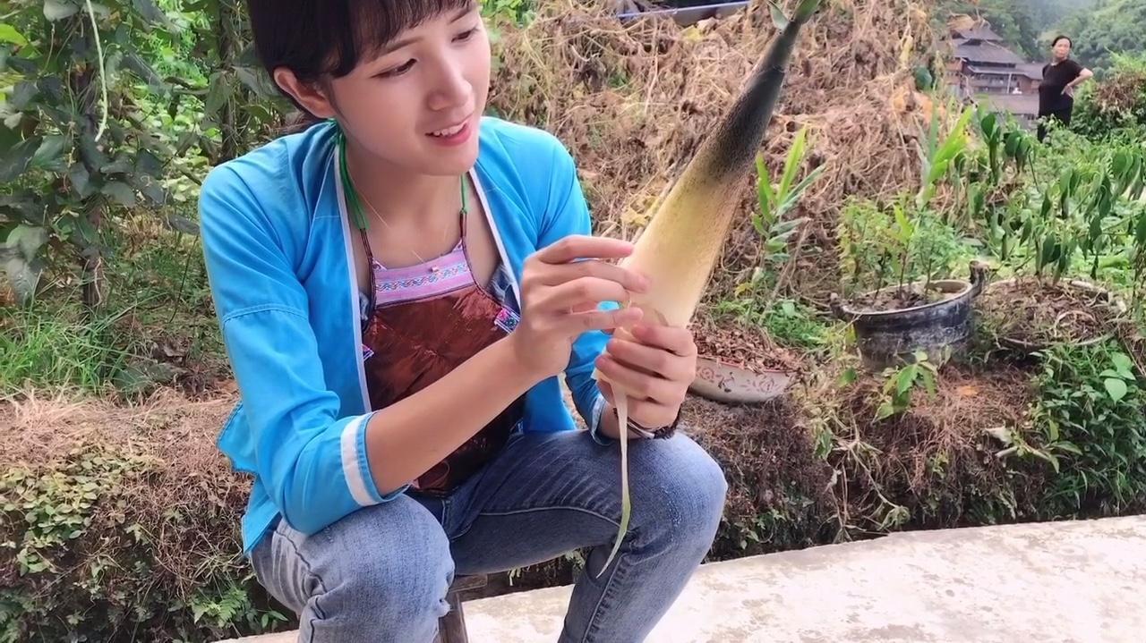 美女以为有竹笋大餐吃了,赤手去掰手上全是刺,奇痒无比……