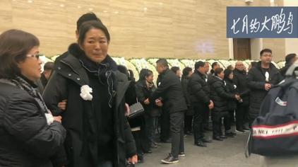 倪萍在赵忠祥老师的遗体告别仪式上很伤心,能看出俩人关系很好