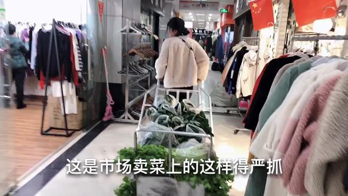 批发市场老板娘不卖衣服卖菜,一天卖好几百斤,你们见过么