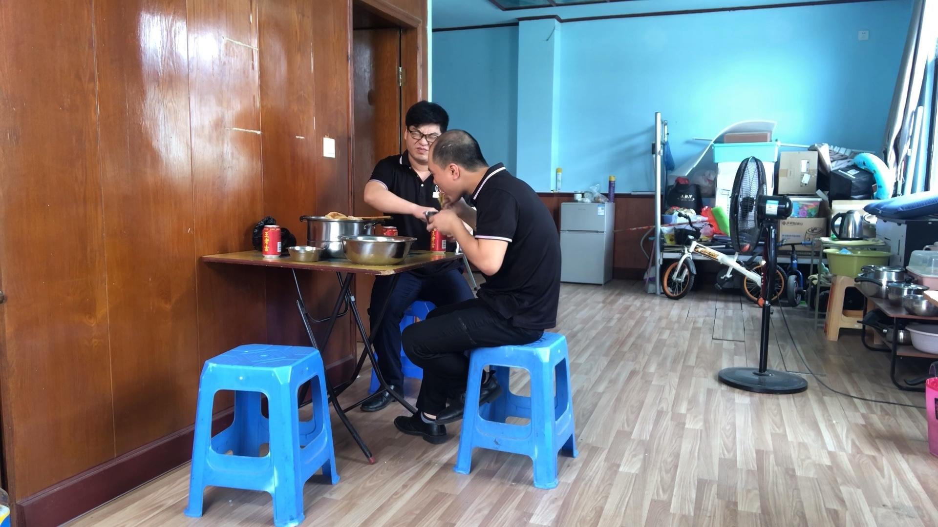 小伙受同事邀请第一次吃正宗锅烙,吃完还要求吃正宗丰收菜