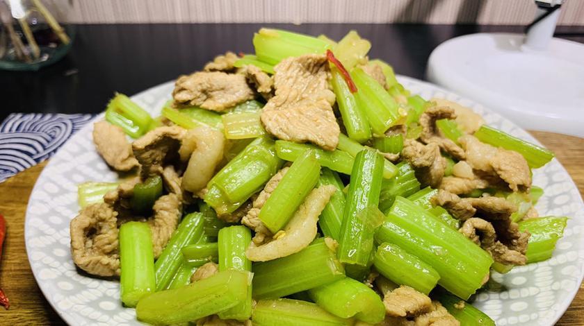 饭店里的芹菜炒肉为啥那么好吃,学会这一招,您也可以做出来