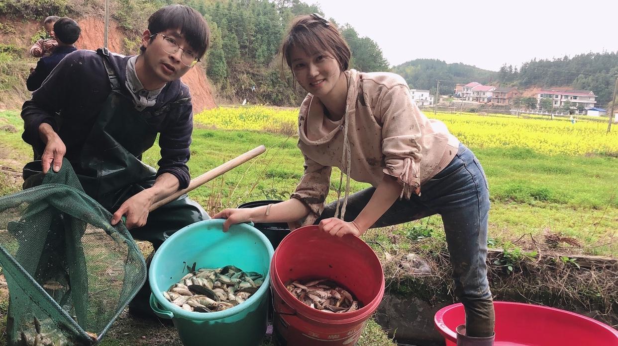 水库清底捡来的2桶鱼,农村姑娘终于要当塘主了,管它才10平方!