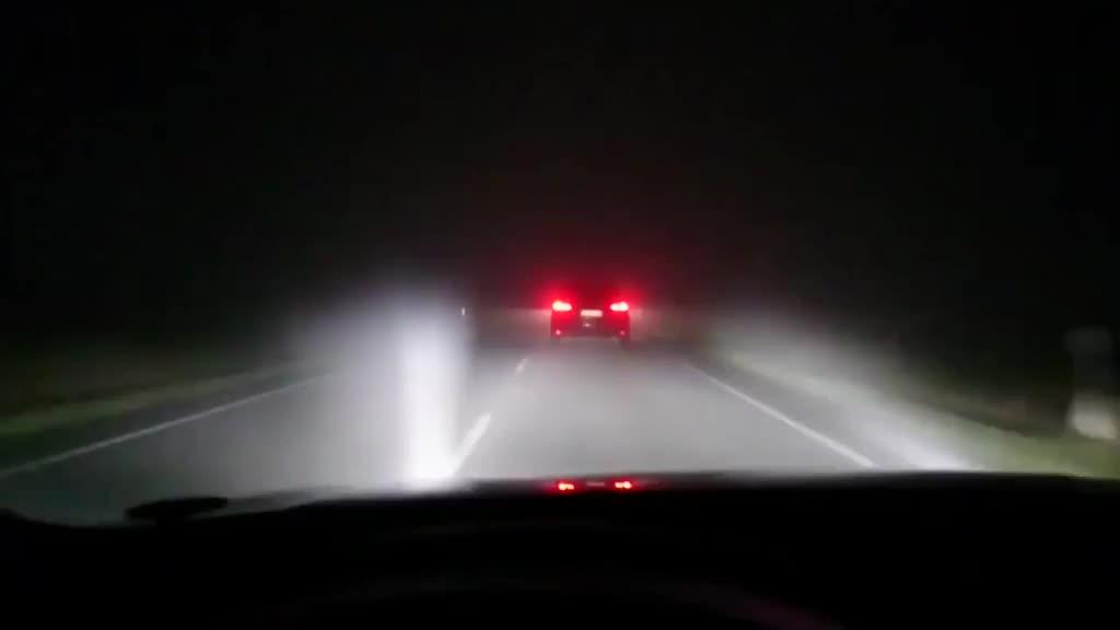 当夜晚驾驶奥迪A8时,激光大灯打开后,天亮了