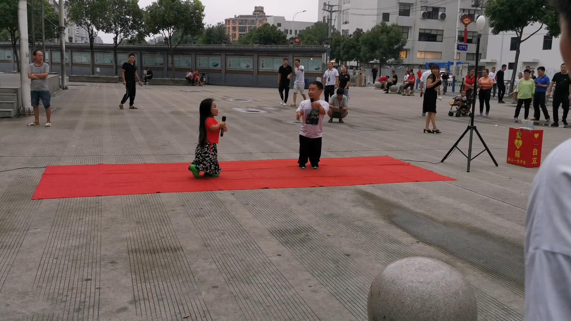 浙江温州实拍,70厘米的小矮人夫妻广场唱歌,吸引千人围观