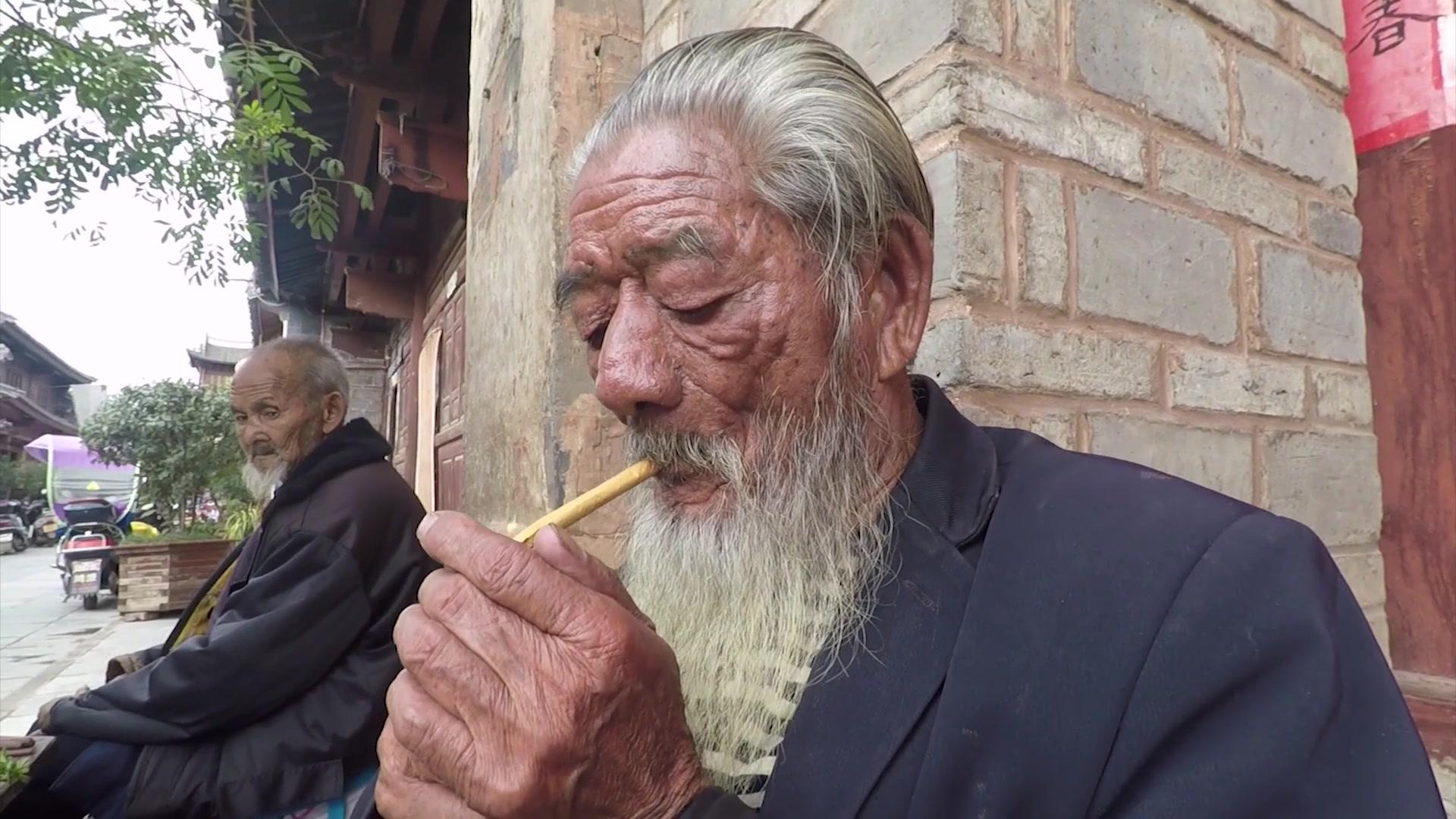 云南大理巍山古城,街头80多岁大爷的精致生活,真讲究