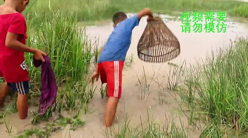 户外捕鱼:潜水里来了水,农村娃带着捕鱼神器,满满的童年回忆啊