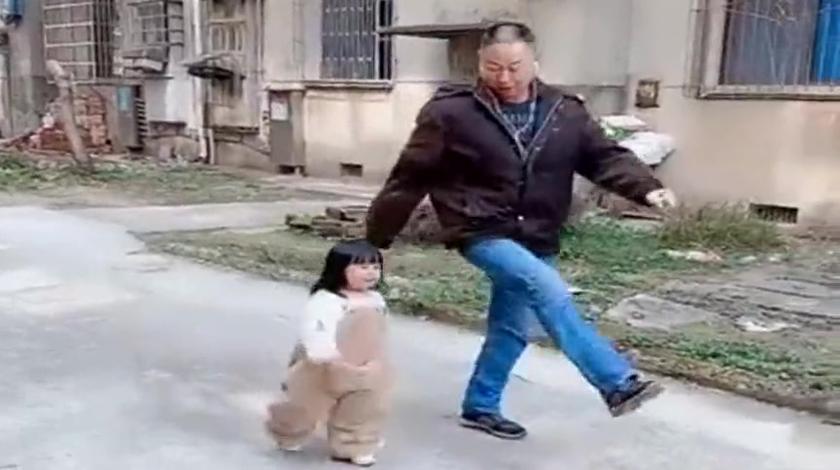 给退伍的公公生了个孙女,天天拉出来这样训练,为娘也救不了你呀