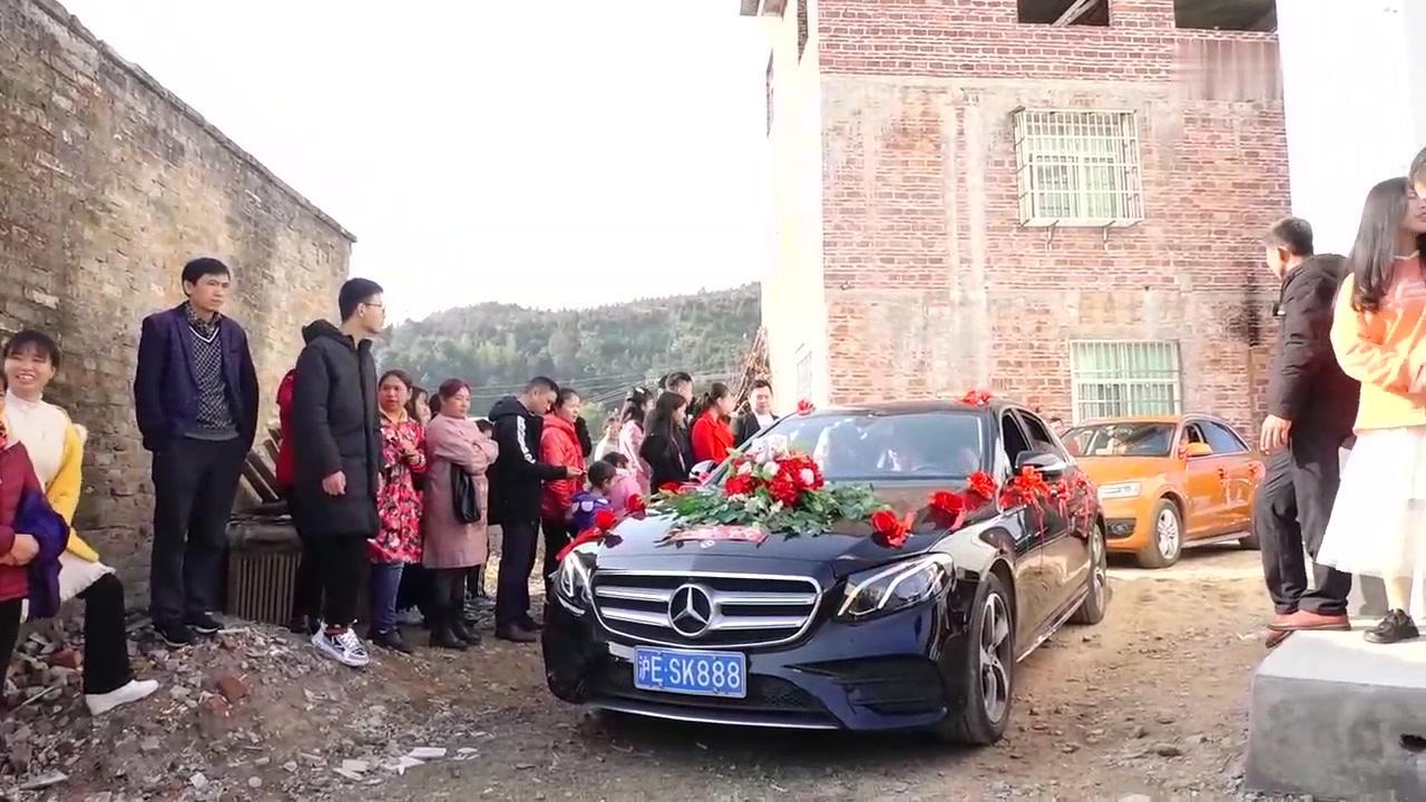 广西农村姑娘坐奔驰车出嫁,放一首好听的歌曲给大家听